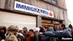 Manm kominote ayisyèn nan o Kanada ki nan liy devan biwo imigrasyon an nan Monreyal 19 janvye 2010 apre tranblemandtè 12 janvye a kote yo te al ranpli papye nan espwa pou ede fanmi yo ki ann Ayiti antre o Kanada.(Foto: REUTERS/Shaun Best) 19 janvye 2017.