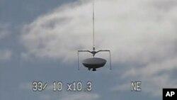 Khinh khí cầu mang theo vật thể bay hình dĩa lớn từ bệ phóng ở bang Hawaii lên độ cao hơn 36.000 mét trên Thái Bình Dương.