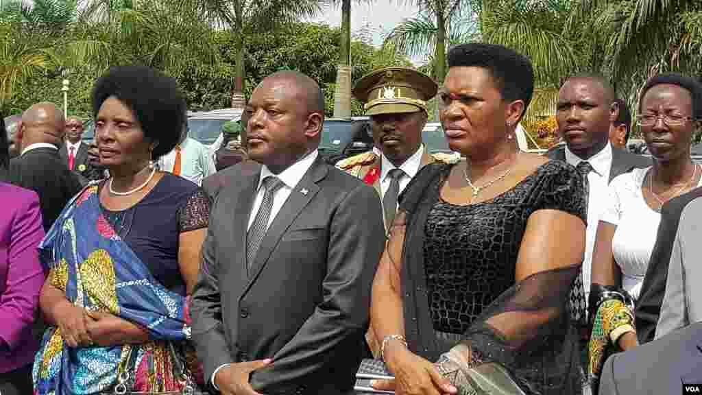 Le président Pierre Nkurunziza du Burundi et la Première Dame Denise Nkurunziza lors de la cérémonie en hommage à l'ancien président défunt colonel Jean-Baptiste Bagaza au palais national des congrès à Bujumbura, le 16 mai 2016.