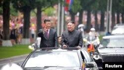Lãnh tụ Triều Tiên Kim Jong Un chào đón Chủ tịch Trung Quốc Tập Cận Bình tại sân bay quốc tế Bình Nhưỡng trong bức ảnh của Hãng Thông tấn Trung ương Triều Tiên công bố hôm 21/6.