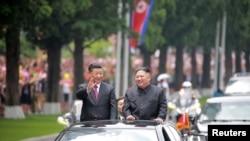 시진핑 중국 국가주석과 김정은 북한 국무위원장이 무개차를 타고 평양 시내에서 카퍼레이드를 하는 모습을 북한 관영 '조선중앙통신'이 21일 공개했다.