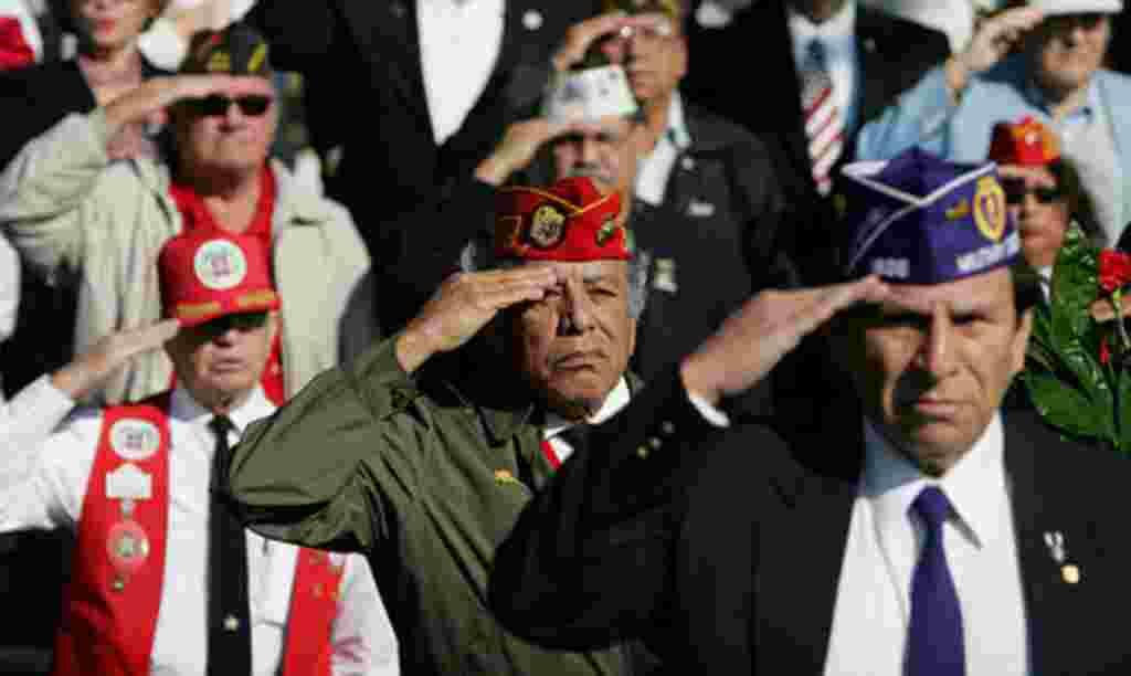 Los veteranos saludan la bandera durante una ceremonia del Día de los Veteranos en el Cementerio Nacional Fort Sam Houston en San Antonio.