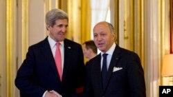 Američki državni sekretar Džon Keri (levo) sa francuskim kolegom Lorenom Fabijusom, u Parizu