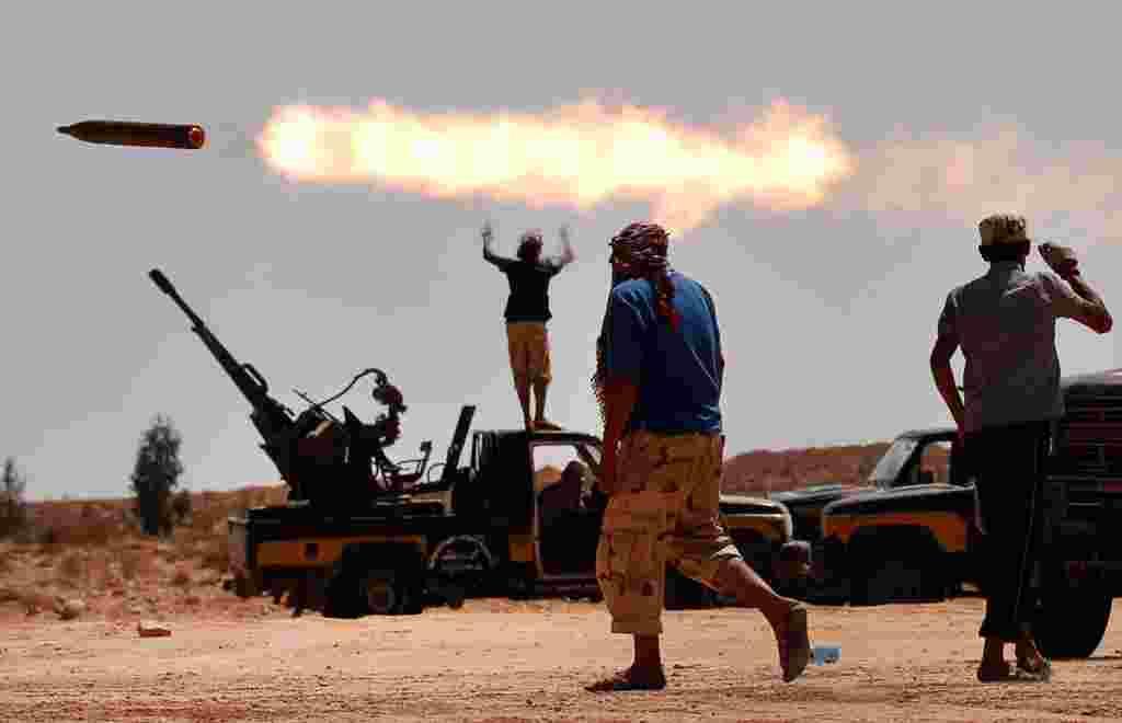 Fuerzas opuestas a Moammar Gadhafi lanzan cohetes en las cercanías de Sirte, uno de los últimos refugios de ex líder libio.
