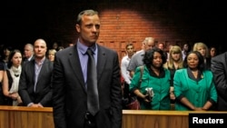 Vận động viên Olympic người Nam Phi Oscar Pistorius ra trước tòa án tại Pretoria, ngày 19/2/2013.