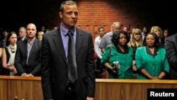 Oscar Pistorius pagó una fianza de un millón de rands (unos 78.000 euros) para estar con libertad provisional.