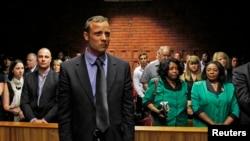 Pelari Afrika Selatan, Oscar Pistorius menunggu dimulainya sidang di Pretoria (19/2). Sidang uang jaminan Pistorius memasuki hari ke-2, dan para jaksa mengungkapkan bukti-bukti baru terkait penembakan Reeva Steenkamp yang di kediaman Pistorius.