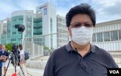 香港记者协会主席杨健兴表示,过去几十年来警方从来没有派出这么强大的警力搜查传媒办公室,形容是相当侵犯的行。 (美国之音/汤惠芸)