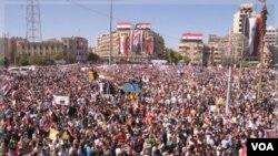 Puluhan ribu warga Suriah di kota Aleppo melakukan unjuk rasa untuk mendukung Presiden Bashar al-Assad, Rabu (19/10).