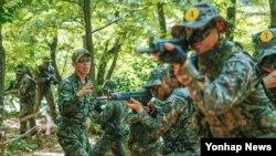 한국 육군 특수전사령부 예하 특수전교육단 교관이 지난 16일부터 개시된 특수작전 교육 프로그램인 '특공·수색 고급과정' 훈련을 지도하고 있다.