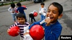Trẻ em chơi với những món quà đã nhận được trong kỳ nghỉ Hồi giáo Eid al-Adha của một cộng đồng người Hồi giáo địa phương ở Hanau, Đức, ngày 24/9/2015.