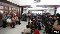 Tim Independen atau Tim 9 menggelar jumpa pers di lobi Gedung Utama Setneg, Jakarta hari Rabu 28/1 (foto: VOA/Andylala).