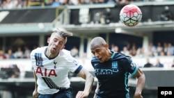 Toby Alderweireld de Tottenham, à gauche, bat Fernandinho de Manchester City, à droite, dans un duel aérien avant de marquer le deuxième but de Tottenham lors du match Tottenham - Manchester City du championnat de football anglais de Premier League à White Heart Lane à Londr