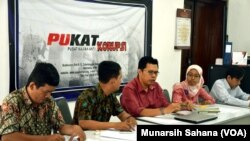 Diskusi Masyarakat Anti Korupsi dan Pusat Kajian Anti Korupsi (PUKAT) Universitas Gajah Mada (UGM) di Ygyakarta, Senin, 8 Desember 2014 (Foto: VOA/Munarsih)
