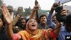 방글라데시 수도 다카에서 선거감시제도의 부활을 요구하며 시위를 벌이는 시민들