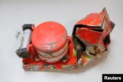 Sebuah 'kotak hitam' yang merekama audio dari kokpit pesawat Germanwings yang jatuh terlihat dari foto yang dirilis oleh Biro Penyelidik Kecelakaan Udara (BEA) Perancis (25/3).