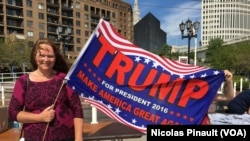 Une femme porte un drapeau en soutien de Donald Trump lors de la convention républicaine, Cleveland, le 18 juillet 2016 (VOA/Nicolas Pinault)