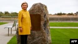 2017年10月14日,美國前國務卿希拉里·克林頓站在南威爾士一所大學的紀念石旁邊,她得到這所大學的榮譽博士學位。