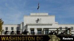 Un autobús de turistas pasa frente al edificio de la Reserva Federal en Washington, D.C.
