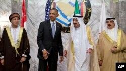 À partir de la gauche : le Premier ministre d'Oman Fahd bin Mahmoud al-Said, le Président Barack Obama, le roi d'Arabie Saoudite Salman, et le roi du Bahreïn Hamad bin Isa al Khalifa, Ryad, 21 avril 2016.