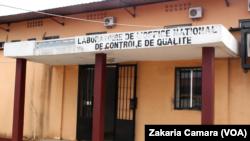 Le laboratoire de l'office national de contrôle de qualité à Conakry, Guinée, 6 juin 2017. (VOA/ Zakaria Camara)