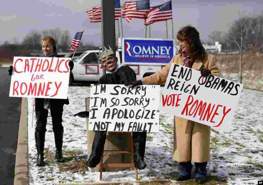 Ủng hộ viên của ông Mitt Romney cầm các tấm bích chương bên ngoài buổi nói chuyện của ông tại Youngstown, Ohio, ngày 5 tháng 3, 2012. (AP)