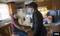 푸드앤프렌즈 자원봉사자가 저소득층 여성의 집을 방문하고 있다. 제공: Food & Friends