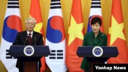 박근혜 한국 대통령(오른쪽)과 응웬 푸 쫑 베트남 서기장이 2일 청와대에서 열린 공동기자회견에서 회담 결과를 발표하고 있다.
