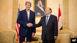 2015年5月7日沙特阿拉伯首都利雅得: 美国国务卿约翰·克里(左)和也门总统阿卜杜勒拉布·曼苏尔·哈迪握手
