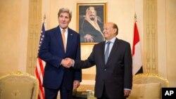 7일 사우디아라비아를 방문한 존 케리 미국 국무장관(왼쪽)이 반군을 피해 사우디로 피신한 압두라부 만수르 하디 예멘 대통령과 회담했다.