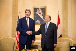 Ngoại trưởng Hoa Kỳ John Kerry gặp tổng thống lưu vong của Yemen Abdu Rabu Mansour Hadi tại Riyadh, Ả Rập Xê Út, ngày 7/5/2015.