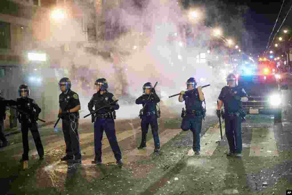San-Fransisko polisi Dünya Çempionu olan Giantın qələbəsini bayram edən azarkeşlərin qarşısını almağa çalışır