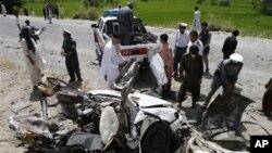 Warga Afghanistan berkerumun di dekat lokasi pasca ledakan bom pinggir jalan (foto: dok). Serangan bom pinggir jalan di provinsi Khost menewaskan 6 orang hari Minggu (11/11).