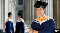 Gần một nửa tất cả các sinh viên nước ngoài đến Hoa Kỳ du học là từ Trung Quốc, Ấn Độ, và Nam Triều Tiên