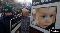 Decenas de personas salieron a las calles de Moscú, la semana pasada, para oponerse a las adopciones de niños rusos a familias estadounidenses.