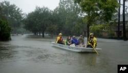 연방 재난관리청(FEMA) 구조대가 지난 28일 허리케인 '하비' 영향으로 침수된 휴스턴 서부지역 주민들을 대피시키고 있다.