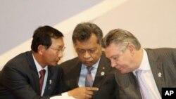 Phó Thủ tướng và Bộ trưởng Thương mại Campuchia Cham Prasidh (trái) nói chuyện với Ủy viên Thương mại EU Karel De Gucht (phải), trong lúc Tổng thư ký ASEAN Tổng thư ký Surin Pitsuwan, lắng nghe tại lễ khai mạc hội nghị doanh nghiệp ASEAN-EU ở Phnom Penh,