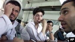 图为阿富汗邮局工人在学学习实践新科技