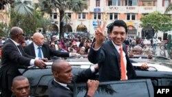 Le président nouvellement élu de Madagascar, Andry Rajoelina, fait signe à sa voiture à Analakely, à Madagascar, le 8 janvier 2019.