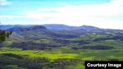 Pemandangan Geopark Nasional Ciletuh yang dikelilingi perbukitan hijau. (Foto: courtesy geopark-ciletuh.blogspot.co.id)