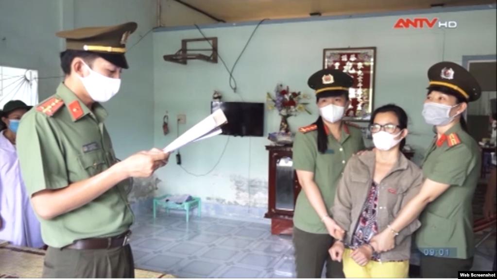 Polisi menahan aktivis lingkungan Vietnam, Dinh Thi Thu Thuy, 18 April 2020. (Foto: ANTV)
