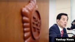 한민구 한국 국방부 장관이 29일 국회에서 열린 국방위원회 전체회의에서 의원들의 질문에 답하고 있다.
