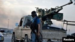 Para pemberontak dari Negara Islam Irak dan Suriah (ISIS) di pos penjagaan di Mosul, Irak utara (11/6).