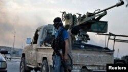 Chiến binh Nhà nước Hồi giáo Iraq trên đường phố ở Mosul, Iraq.