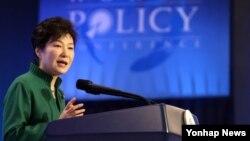 박근혜 한국 대통령이 8일 서울에서 열린 제7차 세계정책회의(World Policy Conference) 개막식에서 기조연설을 하고 있다.