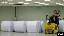 Gulungan kertas di gudang pabrik pengolahan kertas di Kerinci, propinsi Riau. (Foto: Ilustrasi)