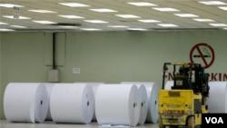 Gulungan kertas di gudang pabrik pengolahan kertas di Kerinci, propinsi Riau (Foto: dok).
