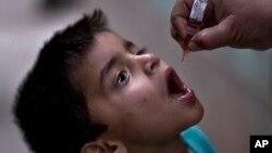 Un niño recibe una vacuna contra el polio. A pesar de estar erradicada en EE.UU., una misteriosa enfermedad parecida al polio ha afectado a cinco niños en California.