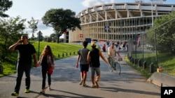 Archivo - En esta foto del 5 de agosto de 2017 se ve gente caminando hacia el RFK Stadium en Washington, D.C., antes de un partido de la MLS entre D.C. United y Toronto FC.
