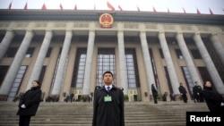 중국 공산당 중앙기율위원회는 최근 열린 전국인민대표자대회에서 지난해 약 30만 명의 공직자를 부패 혐의로 처벌했다고 밝혔다. 지난 4일 중국 베이징에서 전국인민대표자대회가 개막한 가운데 공안들이 인민대회당 앞에 서 있다.